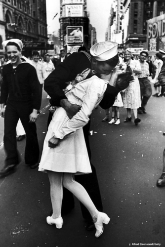 VJ-Day-Kiss-famous-kisses-2799413-334-500